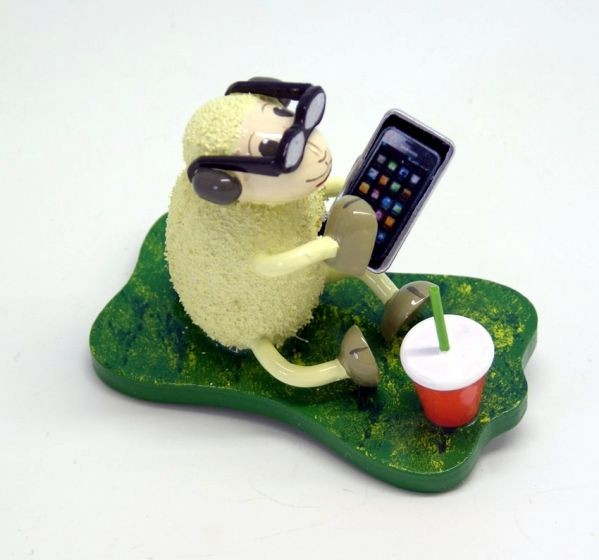 """Schaf """"Smarty"""", mit Smartphon und Brille"""